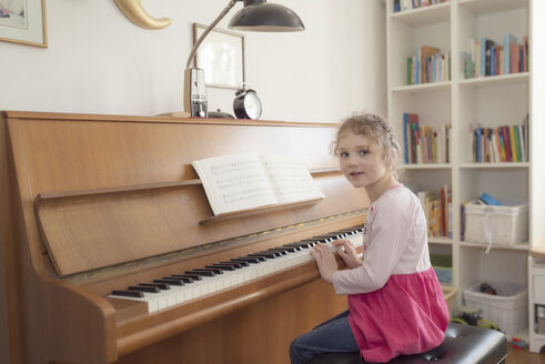Little girl playing piano at home - OPF000049