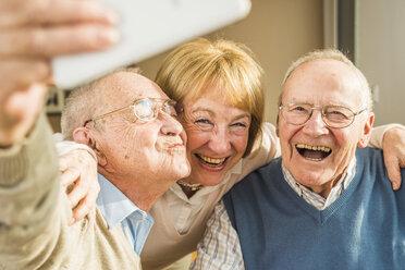 Cheerful seniors taking selfie - UUF003530