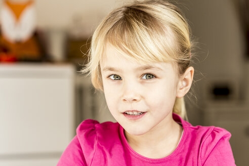 Portrait of a blond girl looking courious - JFEF000572