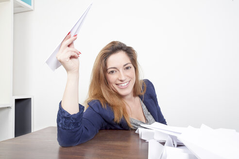 Portrait of smiling woman with paper planes - PATF000034