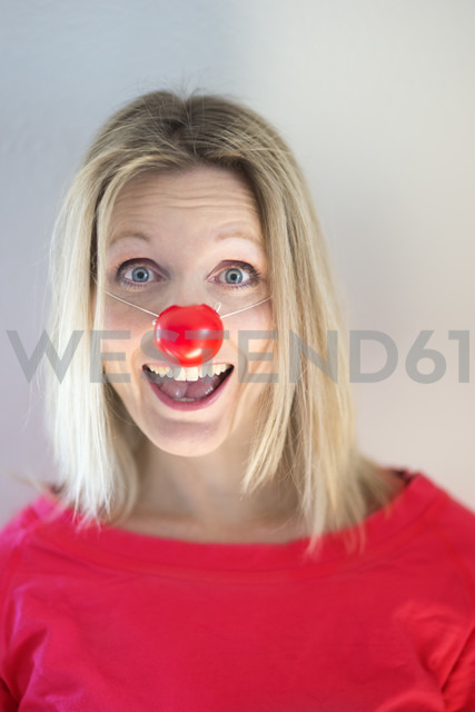 Portrait of blond woman with clown's nose - CHPF000083 - Christophe Papke/Westend61