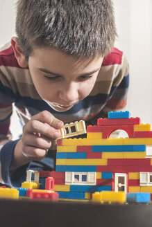 Boy playing with building bricks - DEGF000361