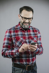 Man using smartphone - IPF000200