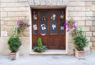 Italy, Tuscany, Pienza, Entrance of hairdresser's shop - GS000951