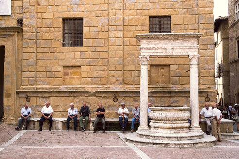 Italy, Tuscany, Pienza, Old men sitting at piazza - GS000946