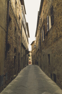 Italy, Tuscany, Pienza, Lane in historic old town - GSF000956