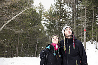 Smiling couple in forest in winter - GEMF000075