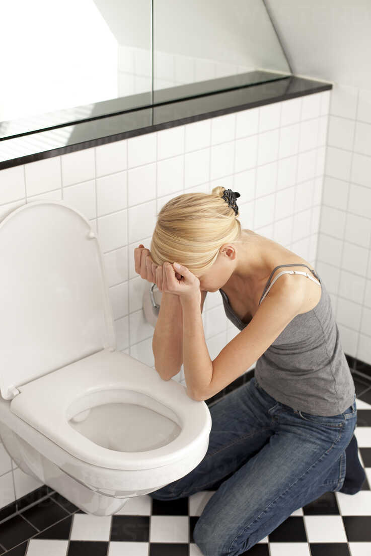 Despaired anorexic young woman at the toilet - DRF001499 - Stefan Rupp/Westend61