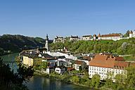 Germany, Bavaria, Burghausen, old town with parish church Saint Jakob and castle - LBF001071