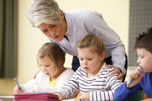 Teacher with pupils in classroom - MFRF000125