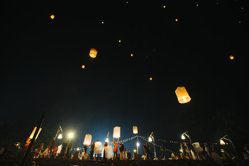 Thailand, Khao Lak, sky lanterns raising on the beach at mew year's eve - STD000163