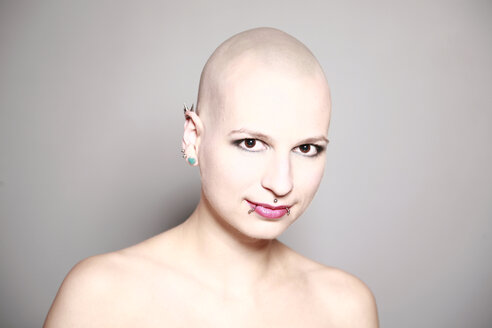 Young woman with bald head and piercings - VE000033