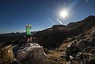 Austria, Altenmarkt-Zauchensee, young man with mountain bike in the mountains - HHF005194