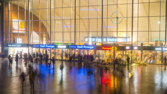 Germany, North Rhine-Westphalia, Cologne, view to lighted glass front of main station by night - WG000620