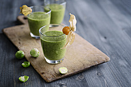 Green smoothie with brussel sprout, banana and apple juice garnished with physalis - IPF000211