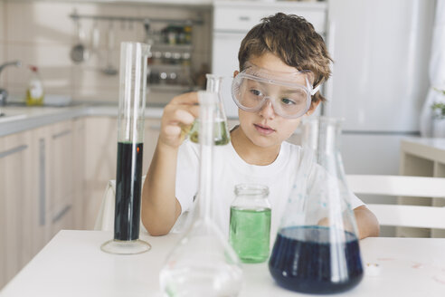 Boy playing science experiments at home - DERF000015