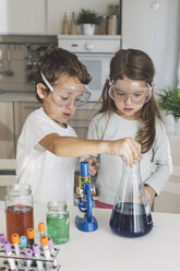 Boy playing science experiments at home - DERF000024