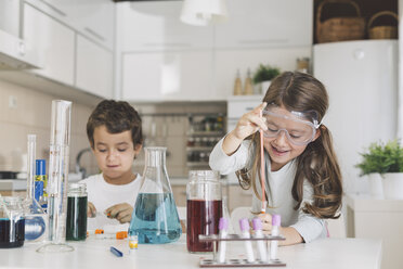 Boy and girl playing science experiments at home - DERF000027