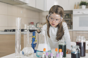 Girl playing science experiments at home - DERF000028