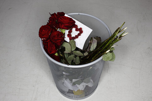 Disposed rose bouquet and valentine card - STKF001203