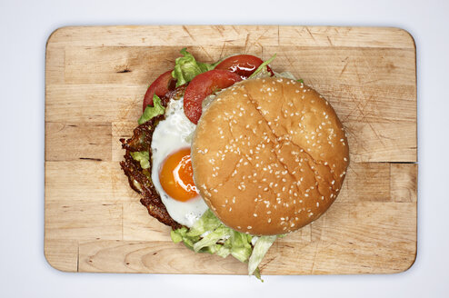 Hamburger with fried eggs, elevated view - STKF001207