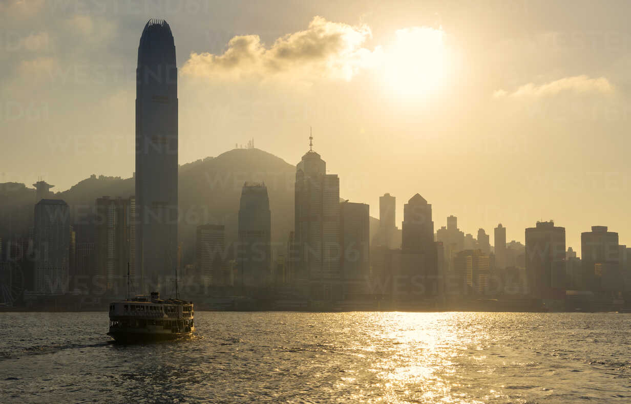 China, Hong Kong skyline from the sea at sunset - GEMF000106 - Gemma Ferrando/Westend61