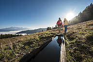 Austria, Altenmarkt-Zauchensee, young couple hiking at Niedere Tauern - HHF005129