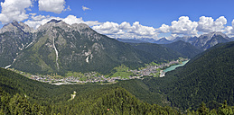Italy, Dolomites, Auronzo di Cadore, the lake and the village with mountain range - RUEF001527