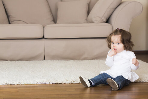Little girl sitting on the floor - JTLF000060