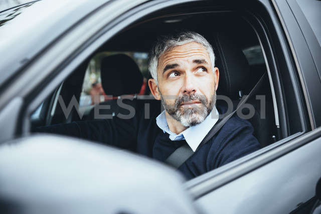Man in car looking up - MBEF001322 - Martin Benik/Westend61