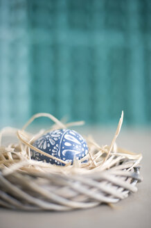 Easter decoration with wreath, straw and wooden egg - GIS000058