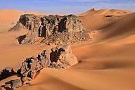 Algeria, Sahara desert, sand dunes and rock towers at Ouan Zaouatan - ESF001555