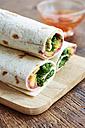Beet hummus wraps with mango and kale - HAWF000729