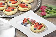 Shortcrust tart with vanilla cream, strawberries and blueberries - YFF000341