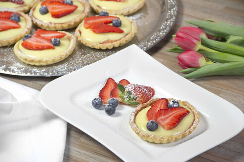 Shortcrust tart with vanilla cream, strawberries and blueberries - YFF000341