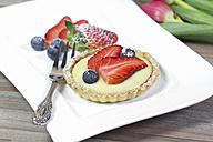 Shortcrust tart with vanilla cream, strawberries and blueberries - YFF000342