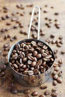 Measuring cup of coffee beans - HAWF000732