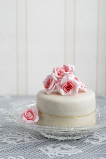 Small tart covered with fondant decorated with sugar roses - MYF000929