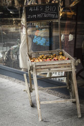Germany, Brunswick, wooden box with organic fruits for take away in front of a window display - EVGF001347