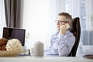 Businessman telephoning at home office - SEGF000269