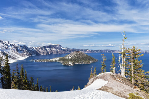 USA, Oregon, Crater Lake National Park, Vulkan Mount Mazama, Crater Lake and Wizard Island - FOF007803