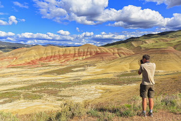USA, Oregon, John Day Fossil Beds National Monument, tourist photograghing Painted Hills - FOF007815