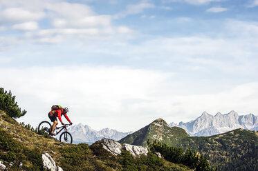 Austria, Altenmarkt-Zauchensee, young mountain biker driving at Low Tauern - HHF005280