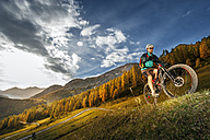Austria, Altenmarkt-Zauchensee, young mountain biker driving at Low Tauern - HHF005294