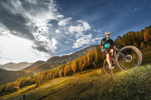 Austria, Altenmarkt-Zauchensee, young mountain biker driving at Low Tauern - HHF005294
