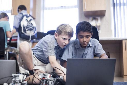 Schoolboys with laptop in robotics class - ZEF006108
