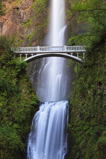 USA, Oregon, Multnomah County, Columbia River Gorge, Bridge over Multnomah Falls - FOF007909