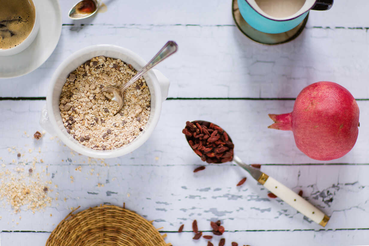 Quinoa breakfast bowl, rice milk, pomegranate, goji berries and coffee - LSF000018 - Laura Stolfi/Westend61