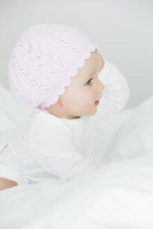 Baby girl wearing cap - JTLF000084