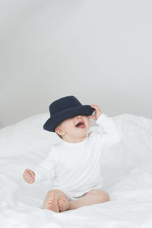 Baby girl with oversized hat - JTLF000097